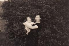 Frougje_Wevers_met_dochter_Henny_aug_1937_Vinkenweg_[1024x768]