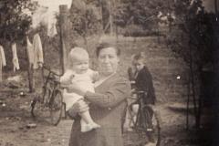 Frougje_Wevers_met_dochter_Frougje_1946_[1024x768]